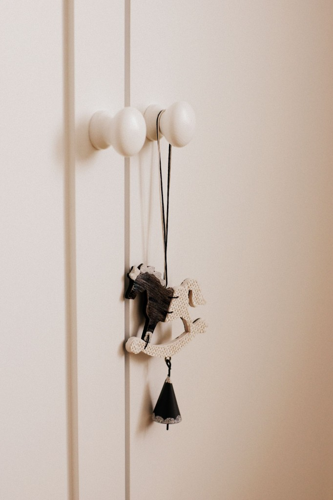 tom mebel, meble drewniane, urządzanie pokoju dziecka, stylowa szafa, szafa z gwiazdą