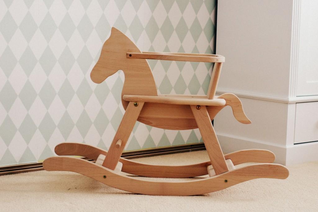 konik drewniany na biegunach, koń na biegunach, koń drewniany na biegunach