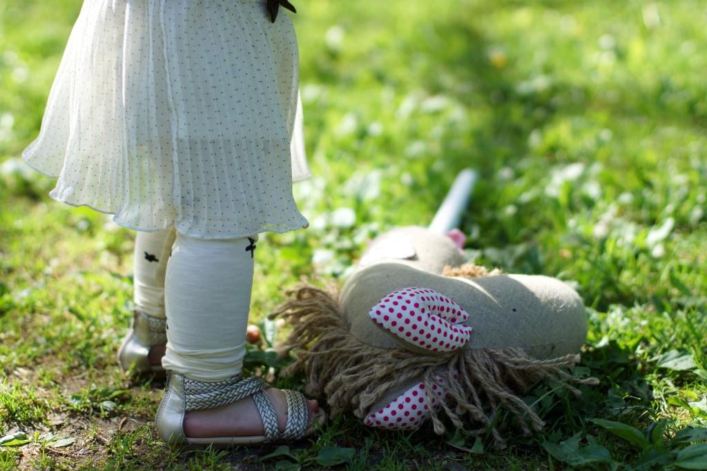 Bluzeczka H&M, Legginsy Odette, Sandałki Zara, modna dziewczynka, stylizacje dzieci, modne dziecko, koń white rabbit