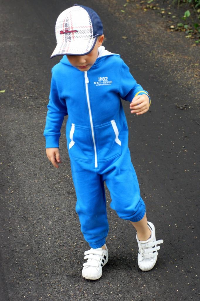 Kombinezon Next dla chłopca, Buty Adidas Superstar, modny chłopiec