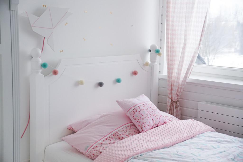 maylily, białe łóżko
