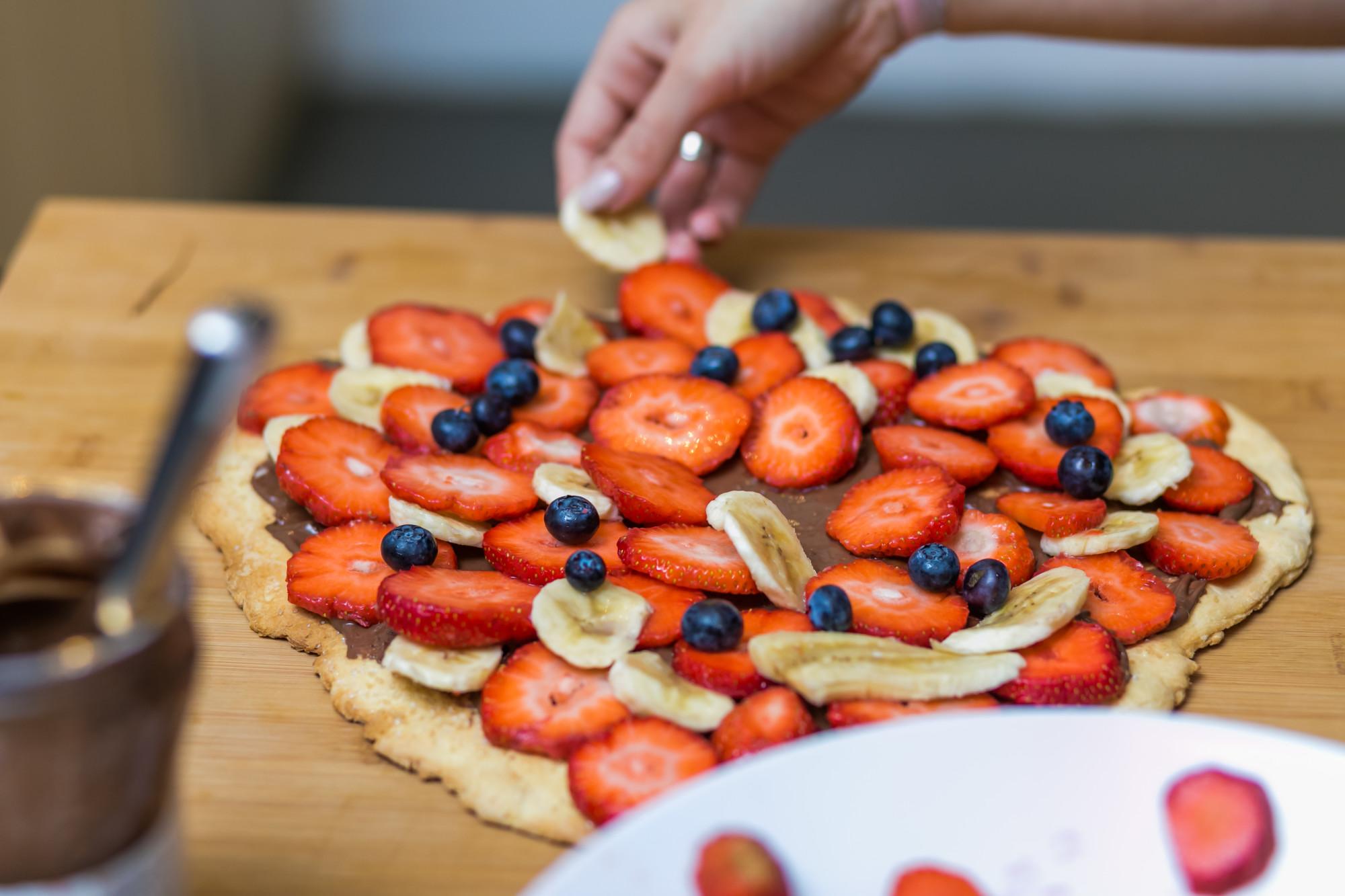 pizza z nutellą i owocami
