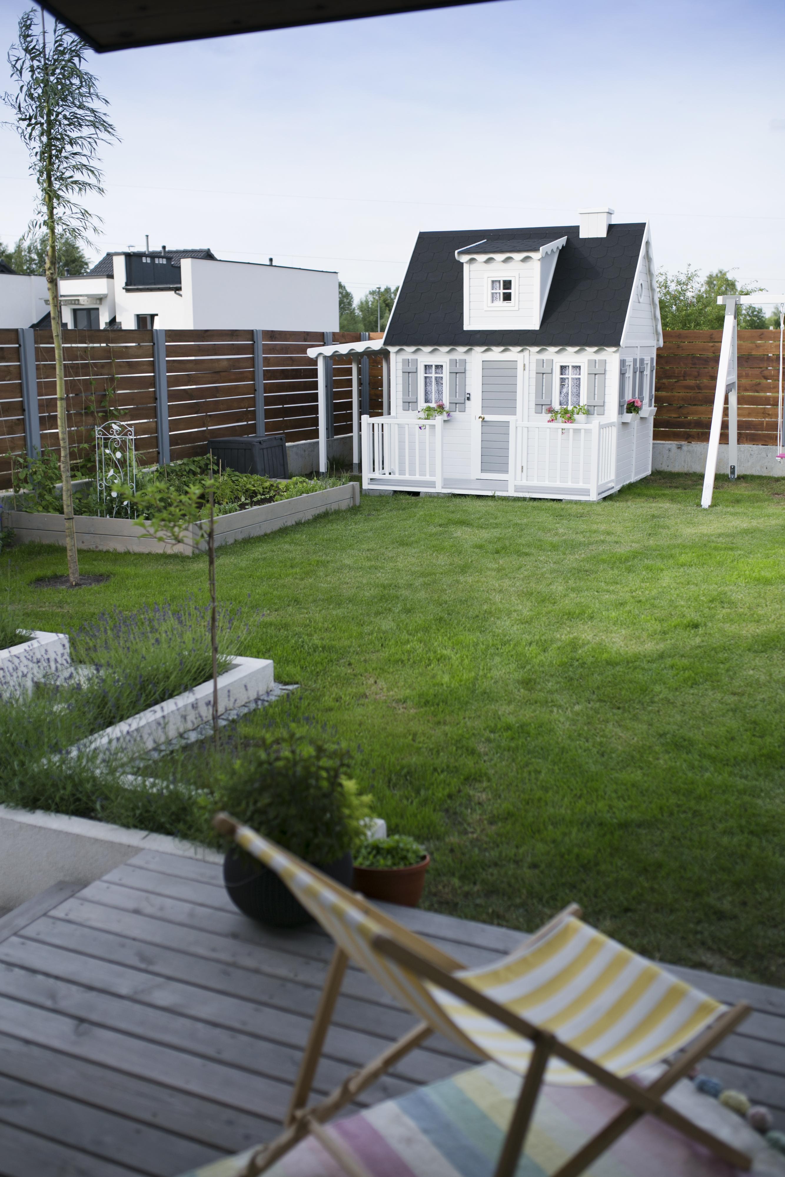 domek drewniany biały, domek ogrodowy dla dzieci, huśtawki drewniane