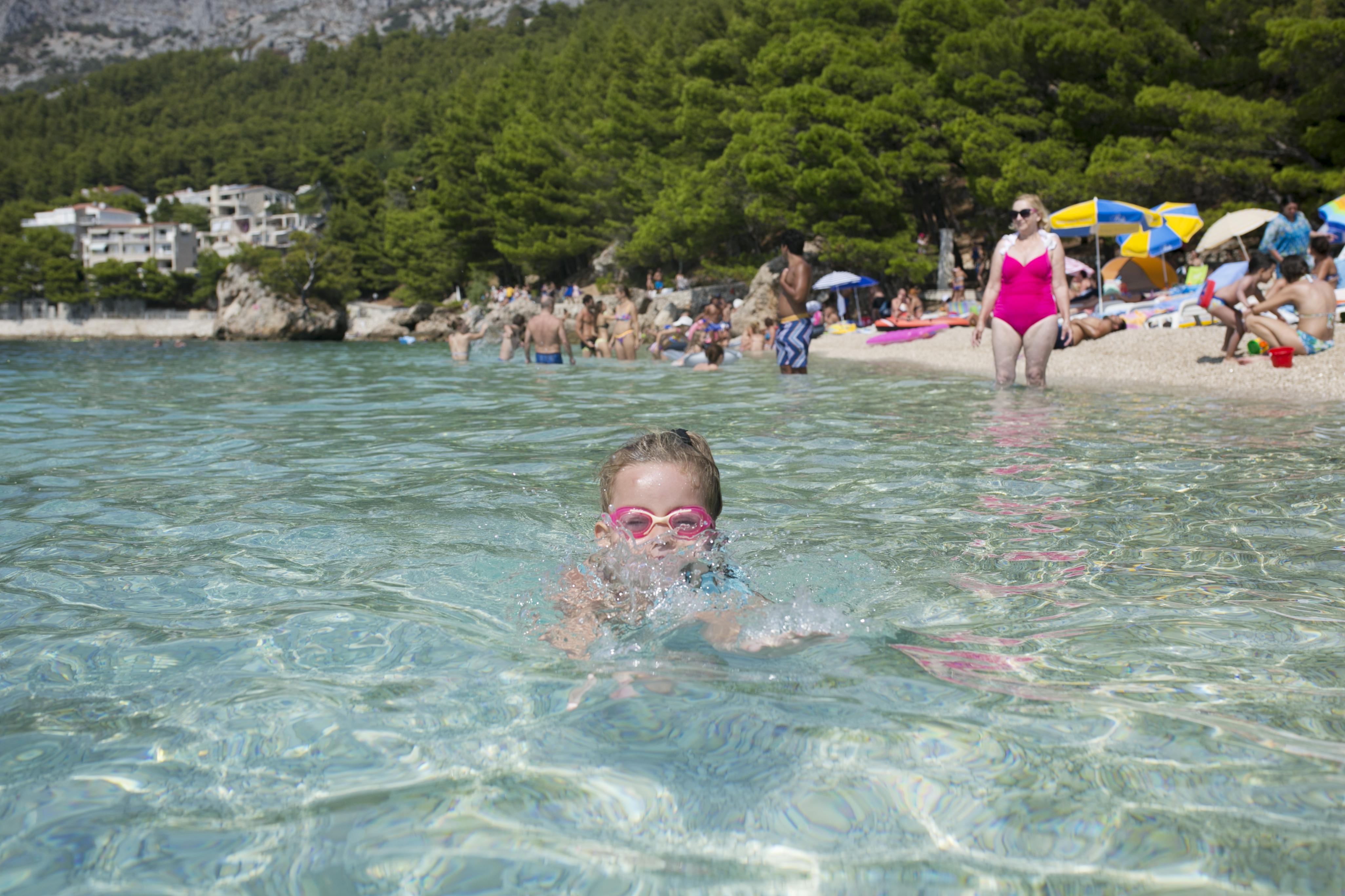 chorwacja, croatia, Brela, dziecko na plaży, plaże dla dzieci Chorwacja